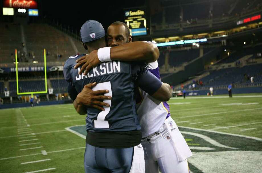 Minnesota Vikings quarterback Donovan McNabb embraces Seahawks quarterback Tarvaris Jackson after the game. Photo: JOSHUA TRUJILLO / SEATTLEPI.COM
