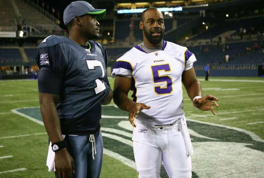Seattle Seahawks quarterback Tavaris Jackson talks with Minnesota Vikings quarterback Donovan McNabb. Jackson's former team was the Vikings. Photo: JOSHUA TRUJILLO / SEATTLEPI.COM