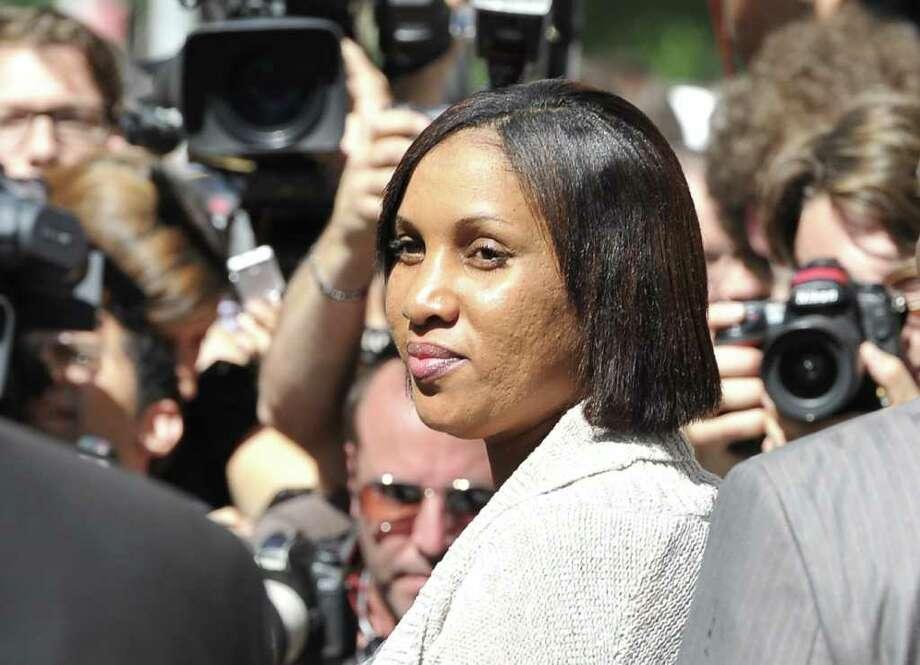 Nafissatou Diallo, quien acusó de agresión sexual al ex director general del Fondo Monetario Internacional Dominique Strauss-Kahn, se retira de un tribunal luego de reunirse con fiscales en Nueva York, el lunes 22 de agosto de 2011. Photo: MLADEN ANTONOV, Staff / AFP