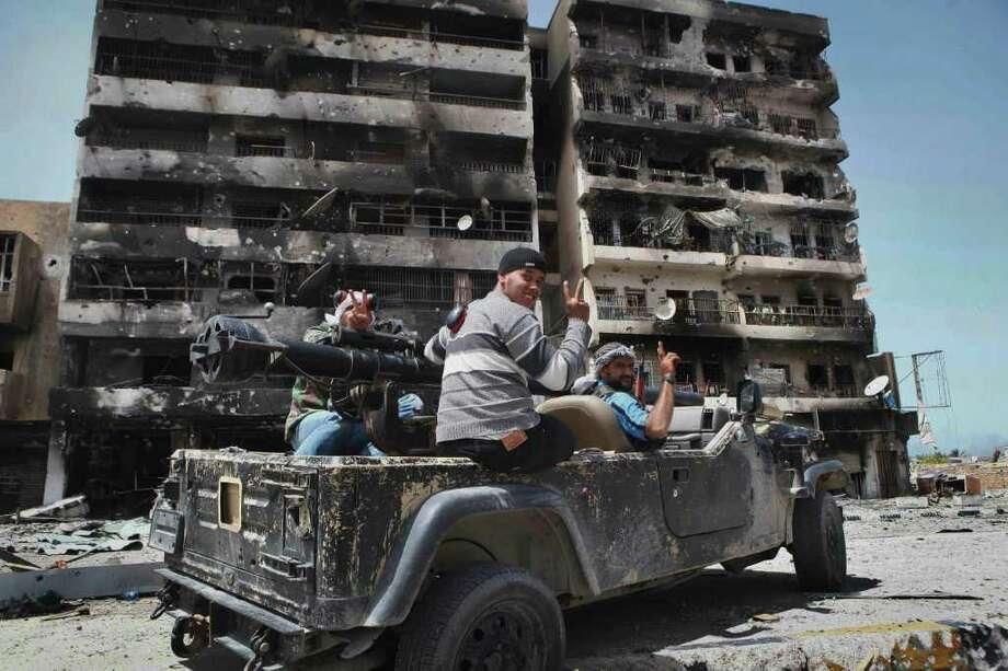 Rebeldes libios celebran su victoria en Misrata, Libia. Photo: STR / AP