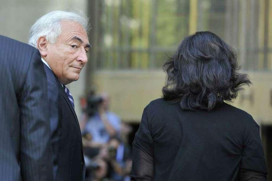 En esta foto de archivo, el ex director del Fondo Monetario Internacional (FMI) Dominique Strauss-Kahn llega al edificio de la Suprema Corte en Manhattan, Nueva York, junto a su esposa Anne Sinclair. Photo: MLADEN ANTONOV / AFP