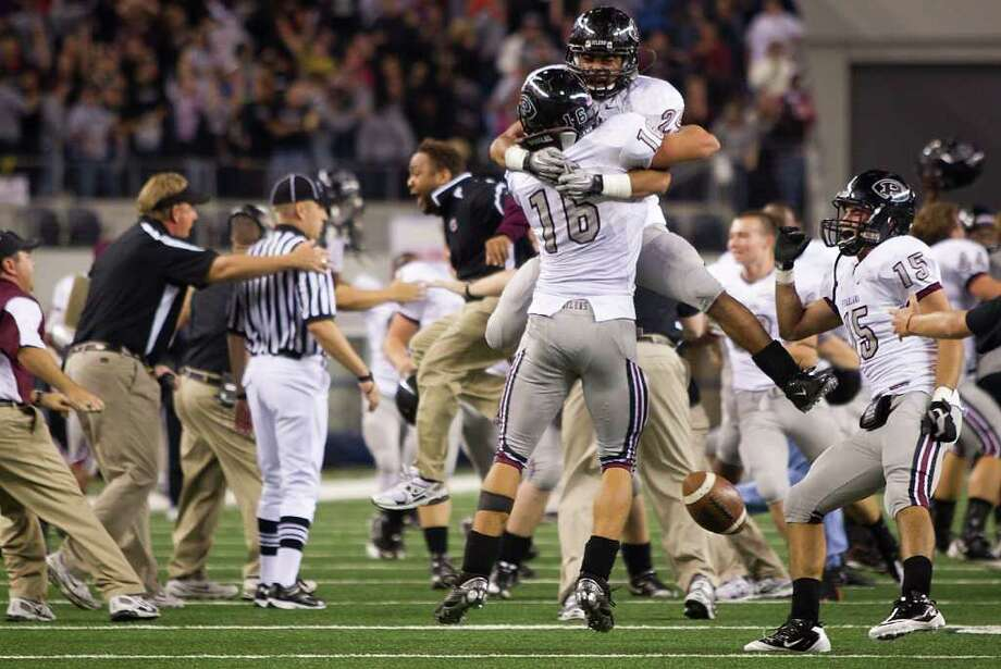 Kendall Ehrlich (16) and the Pearland Oilers celebrated a state title victory at Cowboys Stadium last season. Can they do it again? Photo: Smiley N. Pool, Houston Chronicle / Houston Chronicle