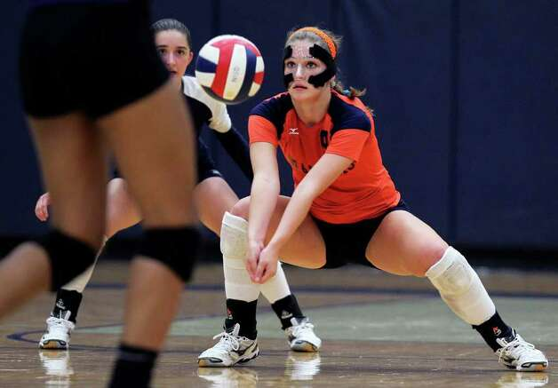Brandeis' Katie MacLeay stops an incoming shot during Warren's victory on Tuesday, Aug. 23, 2011 at O'Connor Gym. Photo: Tom Reel/treel@express-news.net / © 2011 San Antonio Express-News