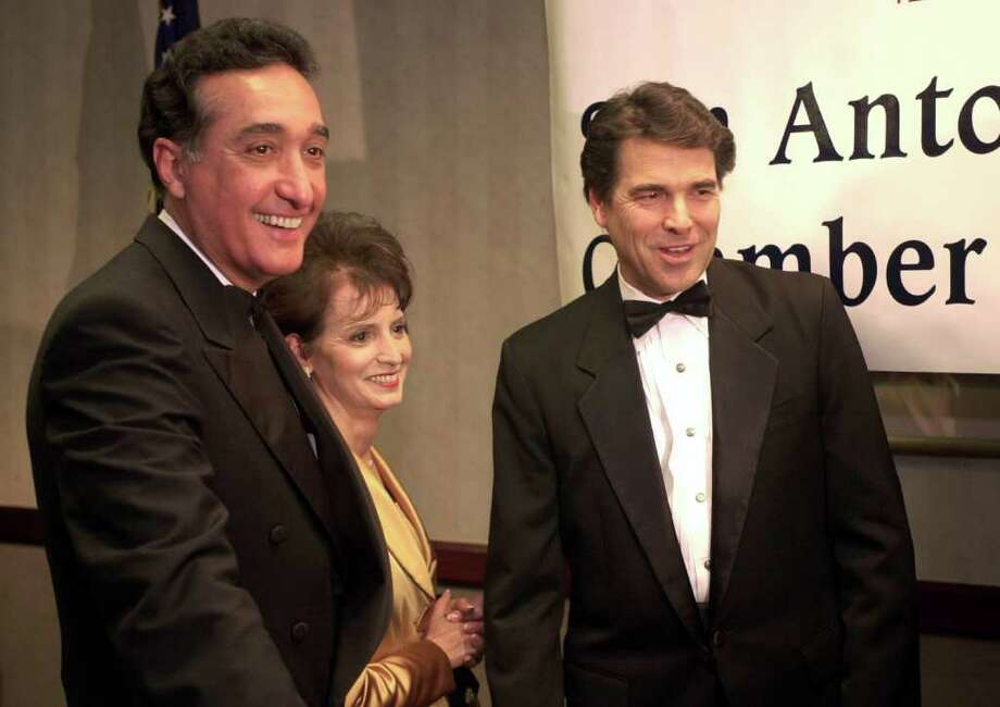 METRO - Texas Governor Rick Perry (right) join former city mayor and HUD Secretary Henry Cisneros (left) and his wife, Mary Alice, for pictures prior to the beginning of a San Antonio Hispanic Chamber of Commerce dinner affair at the Marriott RiverCenter hotel on Tuesday, January 16, 2001. Perry was the keynote speaker and Cisneros was sworn in as the new chairman of the Hispanic business organization. Kin Man Hui/staff. Photo: Kin Man Hui, En / en