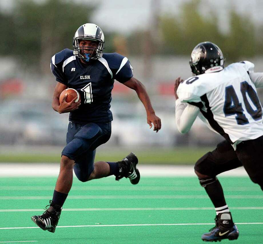 FULL SPEED AHEAD: Elsik's Jerry Bynum is a first down waiting to happen. During the first two games of 2011, the senior running back has averaged 15.4 yards per carry.  Bob Levey: For the Chronicle Photo: Bob Levey, Freelance / Freelance