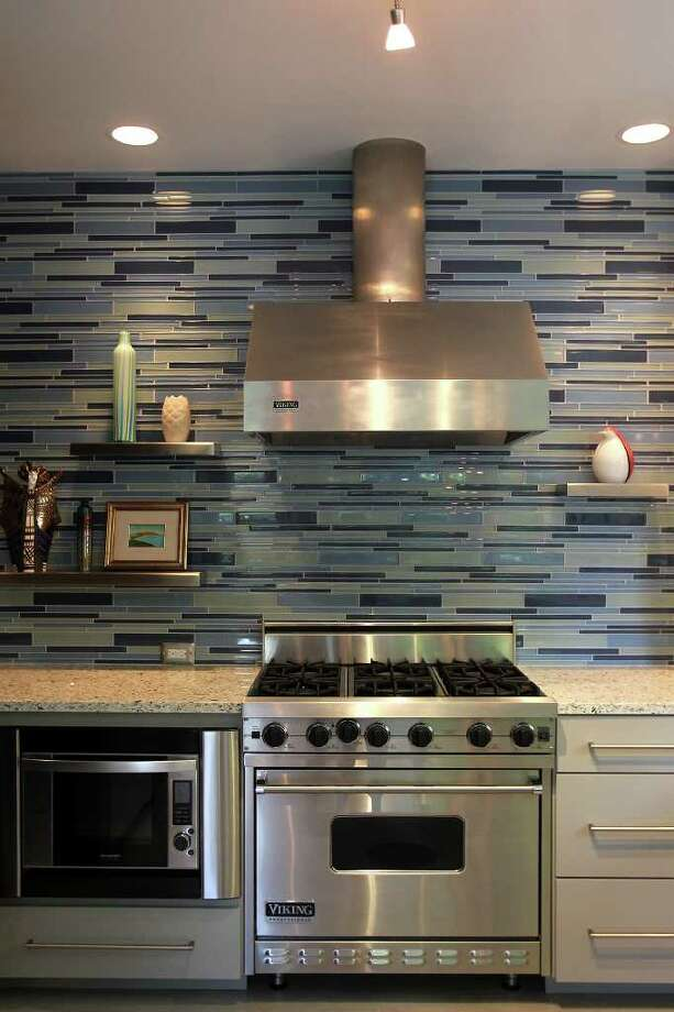 Glass tiled wall with stainless steel appliances in the Olmos Park kitchen of Anne and Dave Burtt, Monday, May 17, 2010. (Jennifer Whitney/ special to the San Antonio Express-News) Photo: Jennifer Whitney / spoecial to the San Antonio Express-News