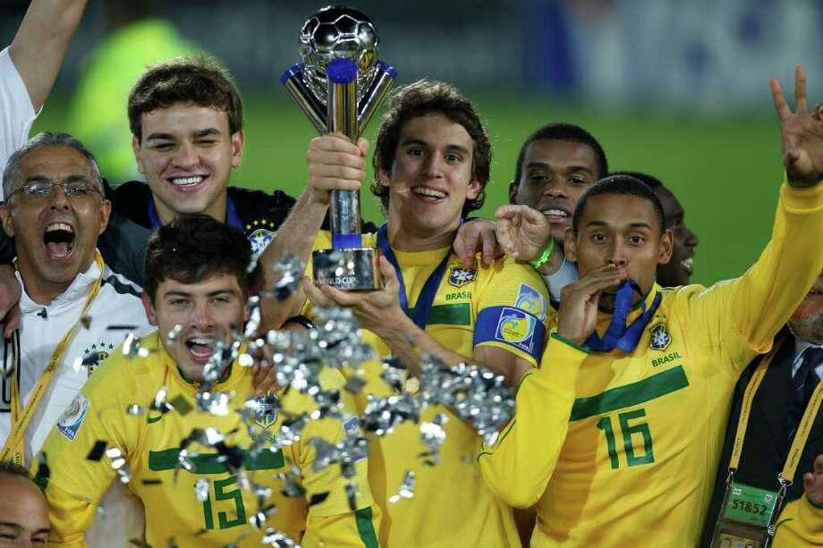Bruno sostiene el trofeo que ganó junto a la selección sub-20 de Brasil en el Mundial de Colombia, el sábado 20 de agosto de 2011. Photo: Fernando Llano, STF / AP