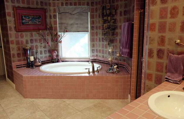 View of the garden tub in the master bath. Photo: EDWARD A. ORNELAS, SAN ANTONIO EXPRESS-NEWS / © SAN ANTONIO EXPRESS-NEWS (NFS)