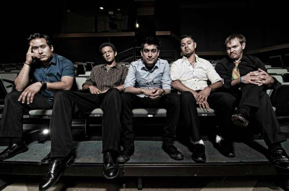 Velorio es un nuevo grupo multicultural de rock bilingüe abierto a diversas influencias y que actuará junto a los grupos locales La Sien y Espantapájaros. Photo: Velorio Music