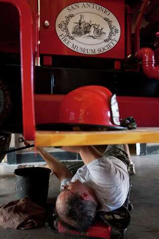 Lee Zalesky works on the old fire engine. SALLY FINNERAN / EXPRESS-NEWS Photo: SALLY FINNERAN, SAN ANTONIO EXPRESS-NEWS / sfinneran@express-news