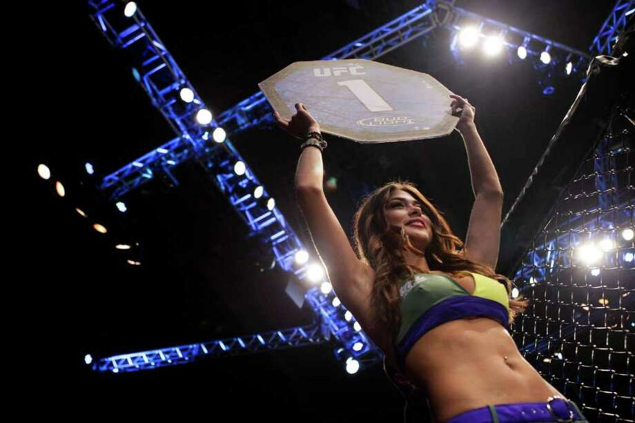 A ring girl holds the first-round card. Photo: Felipe Dana, Associated Press / AP