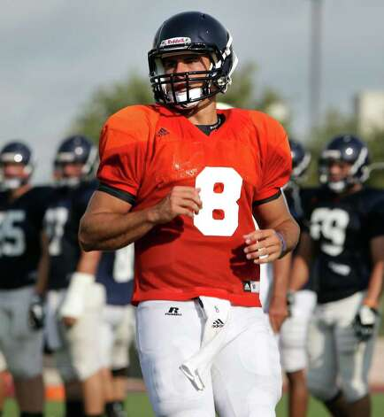 Quarterback Eric Soza's last official football game was with Beeville Jones in 2008. Photo: Bob Owen/rowen@express-news.net / rowen@express-news.net