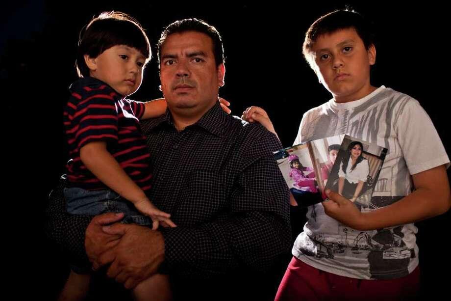 Omar Nuño, junto a sus hijos Leonardo, de 2 años, y Sebastián, de 8, en su casa de Houston, el 25 de agosto de 2011. Photo: Eric Kayne / © 2011 Eric Kayne