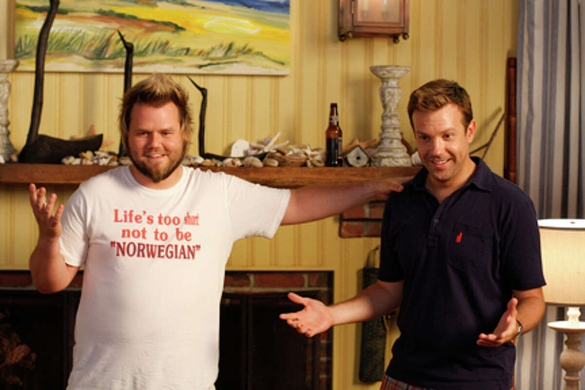 (L-R) Tyler Labine as Mike and Jason Sudeikis as Eric in
