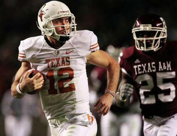 The Longhorns' Colt McCoy (left) won more games than any other quarterback in major college football history with 45. Photo: Tom Reel/treel@express-news.net / treel@express-news.net