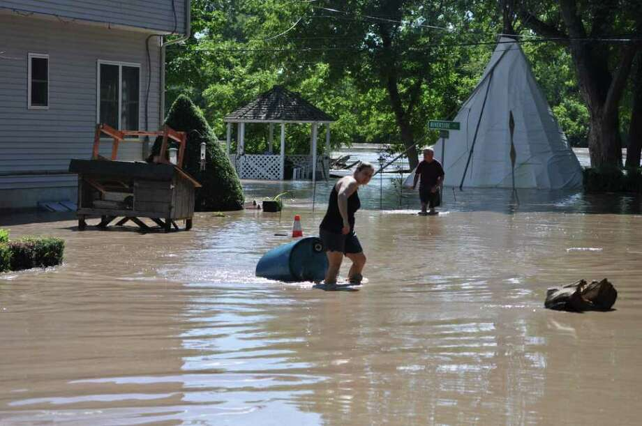Residents at Riverside Place in Scotia work against storm waters Monday, Aug. 29, 2011. (Matthew Murdock)