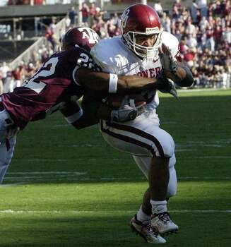 Oklahoma's Quentin Griffin, right, scores a touchdown on a six-yard run as Texas A&M's Sammy Davis, left, tries to tackle him during the first quarter Saturday, Nov. 9, 2002 in College Station, Texas. The Aggies won 30-26. Photo: DAVID J. PHILLIP, SAEN / AP