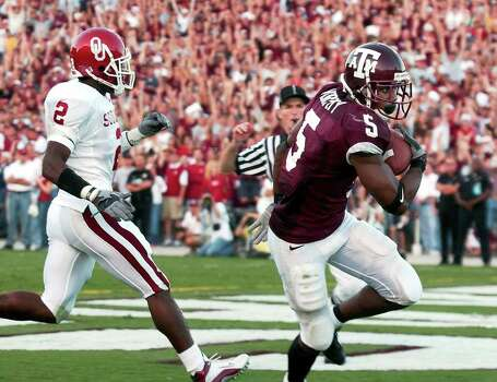 Texas A&M's Terrence Murphy (5) hauls in a pass for a touchdown past Oklahoma's Derrick Strait (02) to give the Aggies a 30-26 lead in the game at Kyle Field Stadium on Saturday, November 9, 2002. Photo: KIN MAN HUI, SAEN / SAN ANTONIO EXPRESS-NEWS