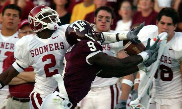 Texas A&M's Bethel Johnson (09) gets his pass reception broken up by Oklahoma's Derrick Strait (02) during the second half at Kyle Field Stadium on Saturday, November 9, 2002.  The Aggies won 30-26. Photo: KIN MAN HUI, SAEN / SAN ANTONIO EXPRESS-NEWS