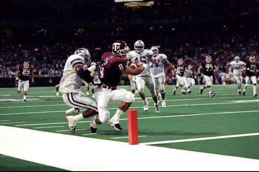 5 Dec 1998: Running back Sirr Parker #8 of the Texas A&M Aggies in action against defensive back Lamar Chapman #1 of the Kansas State Wildcats during the Big 12 Championship Game at the Trans World Dome in St.Louis Missouri. Texas A&M defeated Kansas 36-33. Photo: Brian Bahr, SAEN / Getty Images North America