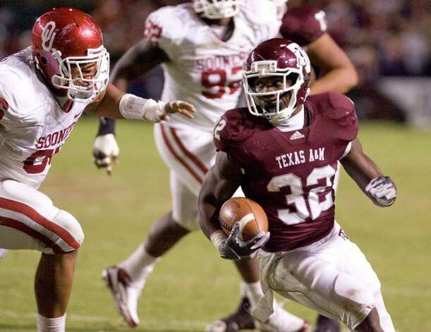 Texas A&M's Cyrus Gray (32) runs for a touchdown during the third quarter of an NCAA college football game, as Oklahoma's Adrian Taylor, left, pursues in College Station, Texas, Saturday, Nov. 6, 2010. Texas A&M won 33-19. Photo: SAEN