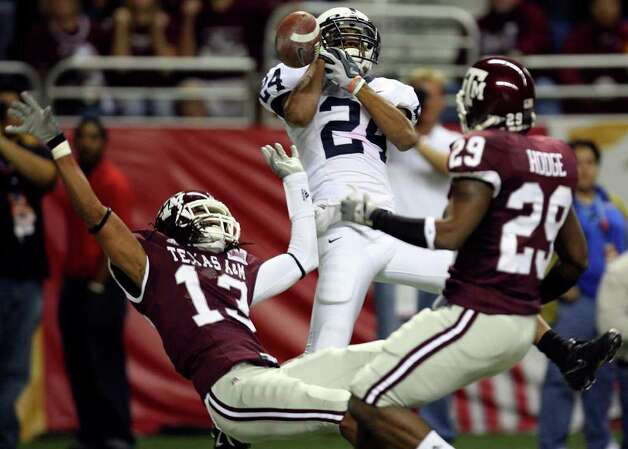 FOR SPORTS - Penn State's Jordan Norwood drops a pass  in the endzone as he is defended by Texas A&M's Marquis Carpenter and Stephen Hodge during first half action of the Valero Alamobowl Saturday Dec. 29, 2007 at the Alamodome.  (PHOTO BY EDWARD A. ORNELAS/STAFF) Photo: EDWARD A. ORNELAS, SAEN / SAN ANTONIO EXPRESS-NEWS