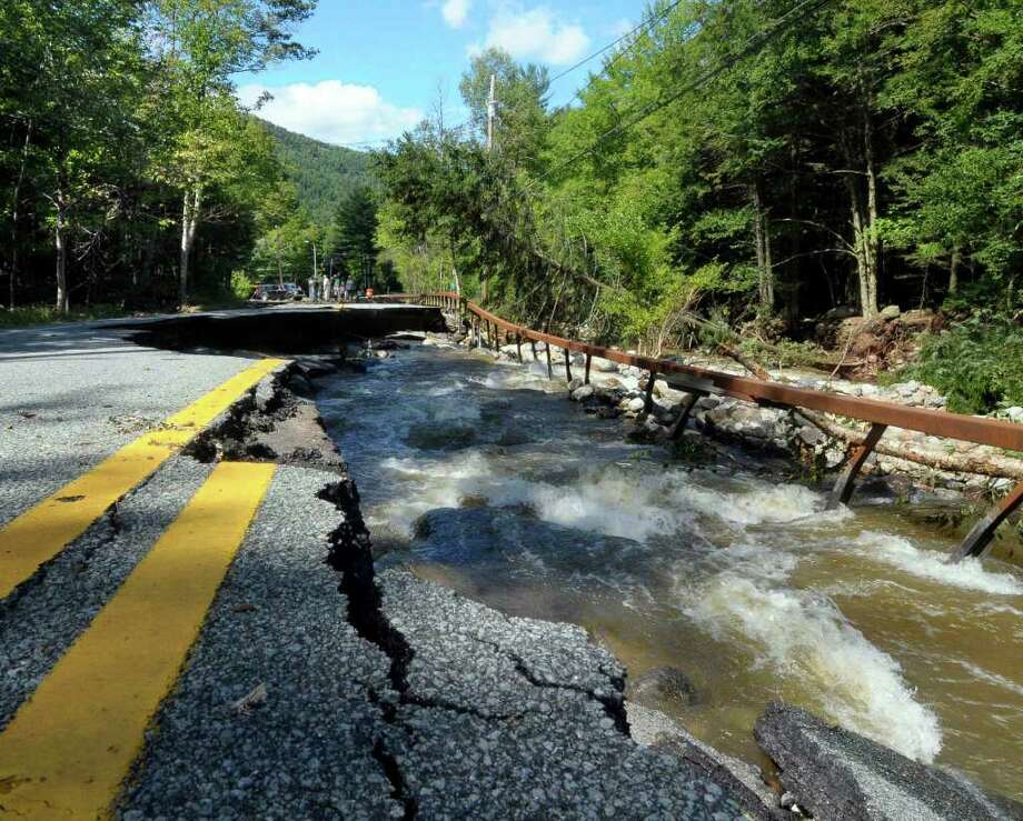 Las inundaciones provocadas por el paso del huracán Irene destrozó parte de la ruta 73 en St. Huberts, Nueva York. Photo: Hans Pennink, FRE / FR58980 AP