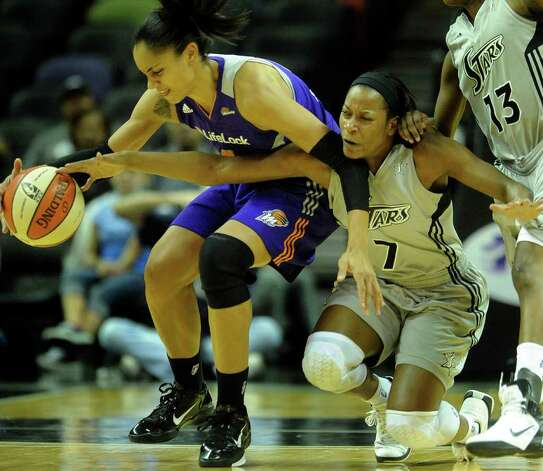 Jia Perkins of the San Antonio Silver Stars (7) battles Candice  Dupree of the Phoenix Mercury for a loose ball during first-half WNBA action at the AT&T Center on Thursday, Sept. 1, 2011. BILLY CALZADA / gcalzada@express-news.net  Phoenix Mercury at San Antonio Silver Stars Photo: BILLY CALZADA, Express-News / gcalzada@express-news.net
