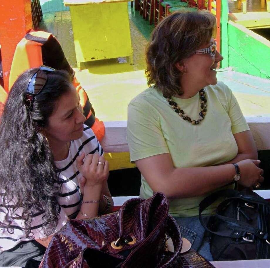 En esta foto de archivo, la fundadora de la revista Contralínea, Ana María Marcela Yarce Viveros (izq.), y Rocío González Trápaga, periodista independiente y ex reportera del canal Televisa, conversan en agosto de 2009. Photo: HO, - / AFP