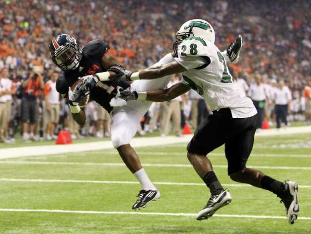 UTSA's Kam Jones (01) makes a diving catch in the end zone for a touchdown against Northeastern State's Terrence Leach (28) in the first half on Saturday, Sept. 3, 2011. Kin Man Hui/kmhui@express-news.net Photo: Kin Man Hui, Express-News / SAN ANTONIO EXPRESS-NEWS (NFS)