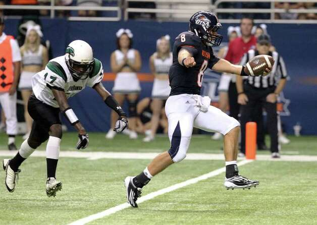 UTSA quarterback Eric Soza (right) crosses the end zone for UTSA's first touchdown against Northeastern State's Marquin Watts (17) in the first quarter on Saturday, Sept. 3, 2011. Kin Man Hui/kmhui@express-news.net Photo: Kin Man Hui, Express-News / SAN ANTONIO EXPRESS-NEWS (NFS)