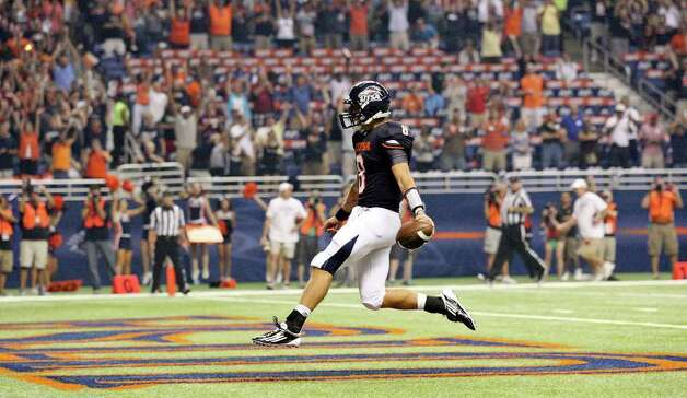 FOR SPORTS - UTSA's Eric Soza runs through the end zone after scoring the first touchdown of the game against Northeastern State during first half action Saturday Sept. 3, 2011 at the Alamodome. Photo: EDWARD A. ORNELAS, Express-News / SAN ANTONIO EXPRESS-NEWS (NFS)