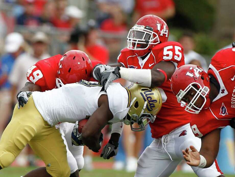 Linebacker Marcus McGraw (55) and the UH defense will have to return  to the drawing board after allowing 554 yards to UCLA. Photo: Nick De La Torre, Houston Chronicle / © 2011 Houston Chronicle