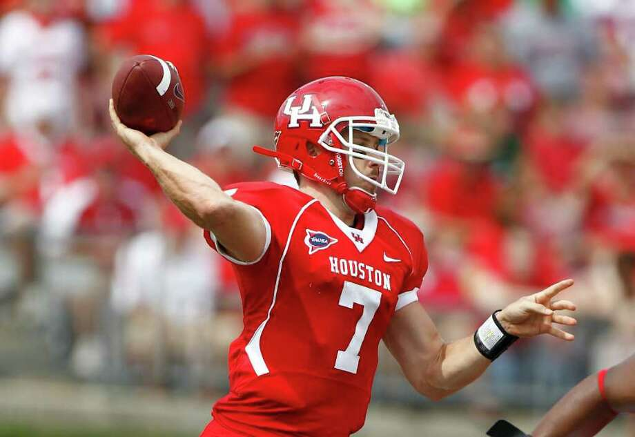 University of Houston quarterback Case Keenum looks to complete a pass. Photo: Nick De La Torre, Houston Chronicle / © 2011 Houston Chronicle