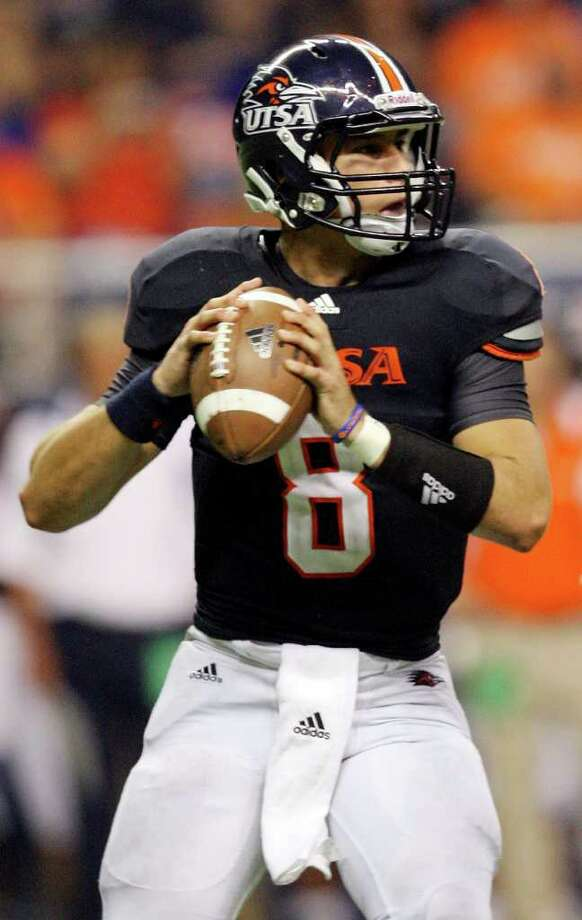 Coming off a sterling opener, in which he passed for 237 yards and rushed for 102 with three total touchdowns, UTSA quarterback Eric Soza has struggled through the last four games. Photo: EDWARD A. ORNELAS, Express-News / SAN ANTONIO EXPRESS-NEWS (NFS)