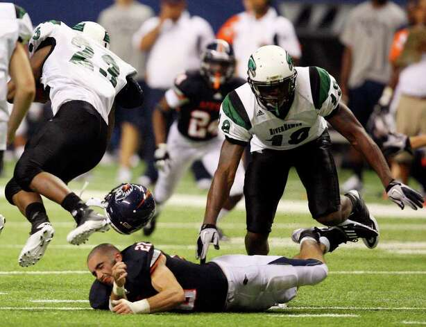 UTSA's Nic Johnston loses his helmet while trying to tackle Northeastern State's Travis Evans during second half action Saturday Sept. 3, 2011 at the Alamodome. UTSA won 31-3. Photo: EDWARD A. ORNELAS, Express-News / SAN ANTONIO EXPRESS-NEWS (NFS)