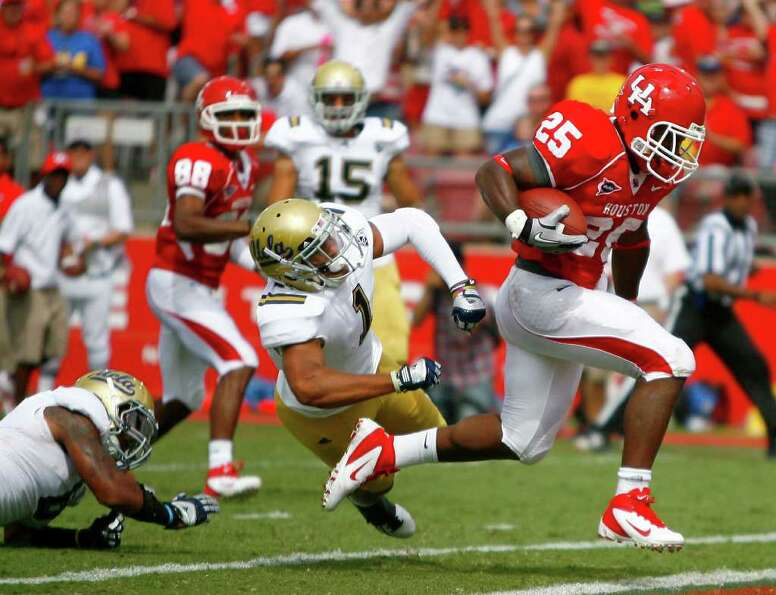 UH running back Bryce Beall (25) runs past UCLA safety Dietrich Riley (1) for a touchdown in the sec