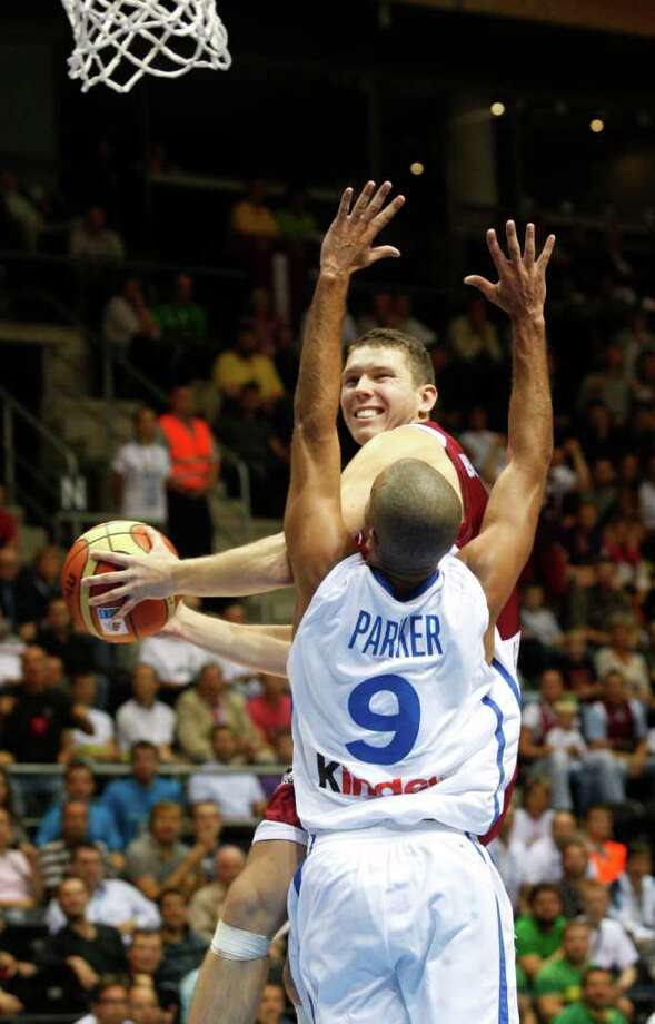 Tony Parker, front, from France tries to block Dairis Bertans, back, from Latvia during the EuroBasket European Basketball Championship Group B match in Siauliai, Lithuania, Wednesday, Aug. 31, 2011. Photo: Petr David Josek/Associated Press / AP