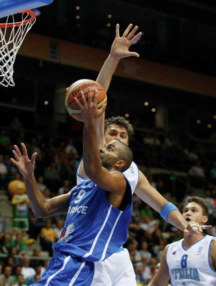 Andrea Bargnani, back, from Italy tries to block Tony Parker, front, from France during the EuroBasket European Basketball Championship Group B match in Siauliai, Lithuania, Sunday, Sept. 4, 2011. Photo: Petr David Josek/Associated Press / AP