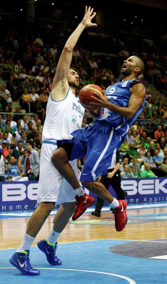 Andrea Bargnani, left, from Italy tries to block Tony Parker, right, from France during the EuroBasket European Basketball Championship Group B match in Siauliai, Lithuania, Sunday, Sept. 4, 2011. Photo: Petr David Josek/Associated Press / AP