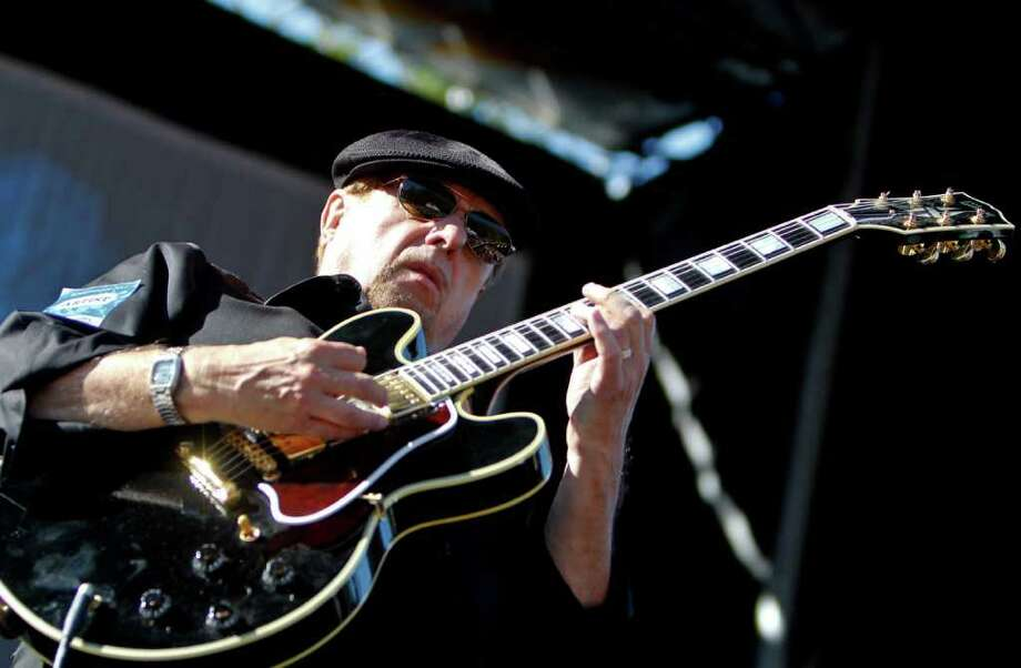 Dennis Coffey performs. Photo: JOE DYER / SEATTLEPI.COM