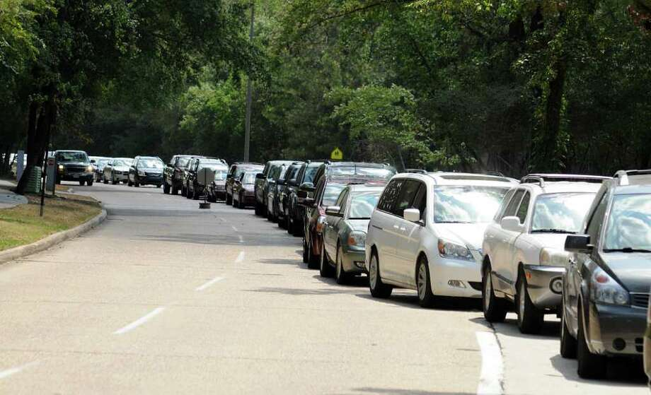 DAVID HOPPER: FOR THE CHRONICLE WAITING IN LINE: Parents wait to pick up their children after school at Hailey Elementary School, 12051 Sawmill Road in The Woodlands. CISD's decision to eliminate bus service for students living within one mile of school has caused a backlog of parents waiting in cars at the end of the school day. Photo: David Hopper, Freelance / freelance