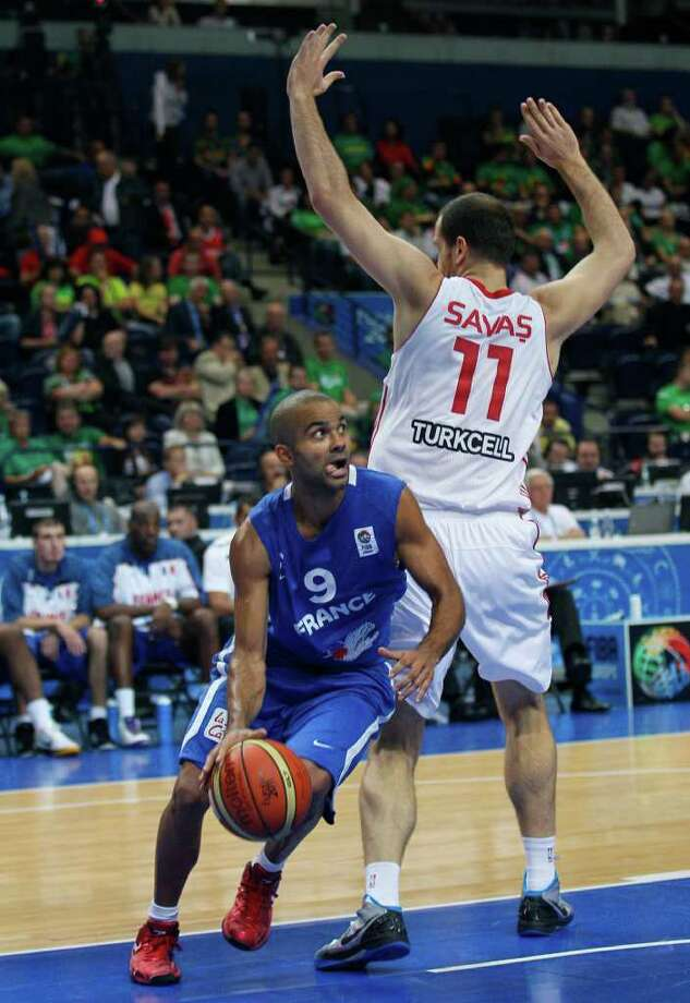 France's Tony Parker, left, challenges for the ball with Turkey's Oguz Savas during their EuroBasket European Basketball Championship Group E match in Vilnius, Lithuania, Wednesday Sept. 7, 2011. Photo: Darko Vojinovic/Associated Press / AP