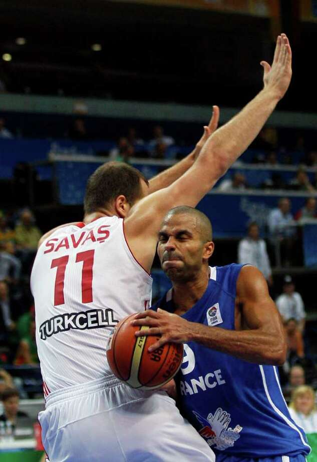 France's Tony Parker, right, challenges for the ball with Turkey's Oguz Savas during their EuroBasket European Basketball Championship Group E match in Vilnius, Lithuania, Wednesday Sept. 7, 2011. Photo: Darko Vojinovic/Associated Press / AP