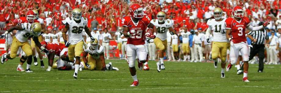 University of Houston running back Michael Hayes runs away from the defense after breaking numerous tackles for a touchdown. Photo: Nick De La Torre, Houston Chronicle / © 2011 Houston Chronicle
