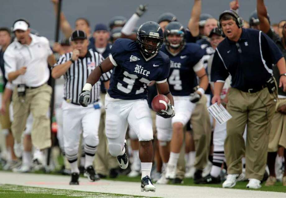 Rice running back Tyler Smith (37) impressed coach David Bailiff with his performance during last weekend's loss to Texas. Photo: Johnny Hanson, Houston Chronicle / Houston Chronicle