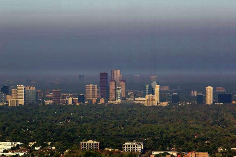 Una enorme nube de humo provocada por los incendios forestales al norte de Houston cubre la zona de Galleria. Photo: James Nielsen / © 2011 Houston Chronicle