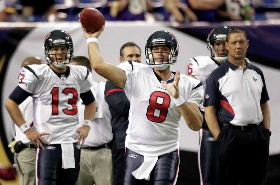 El mariscal de campo Matt Schaub (8) lanza un pase durante la derrota 28-0 que sufrieron los Texans ante los Vikings la semana pasada, en Minneapolis, Minnesota, en su último juego de pretemporada antes del debut del domingo frente a los Colts en Houston. Photo: Brett Coomer / © 2011 Houston Chronicle