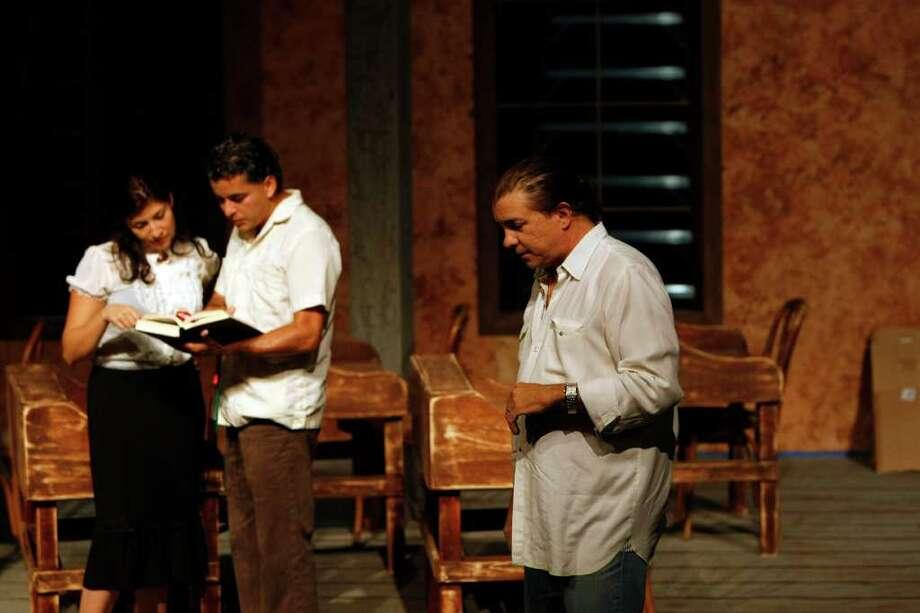 El director cubano Pedro García (der.) coordina las acciones y diálogos de los actores Jorge Díaz y Cynthia Leal en el escenario del teatro Country Playhouse, en el oeste de Houston. Photo: Johnny Hanson / © 2011 Houston Chronicle