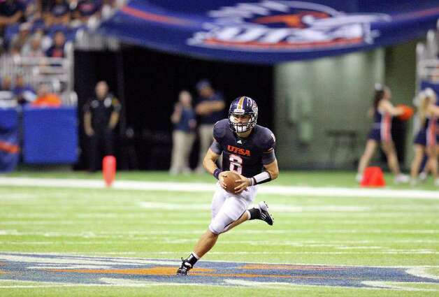 UTSA's Eric Soza heads up field against McMurry during second half action Saturday Sept. 10, 2011 at the Alamodome.  McMurry won 24-21. Photo: EDWARD A. ORNELAS, Express-News / SAN ANTONIO EXPRESS-NEWS (NFS)